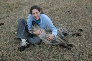 Sarah Benson-Amram en Kenia con una hiena domestica.