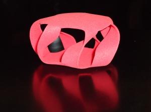 Esta superficie hecha de goma es la representación de la ecuación cuártica de Klein.