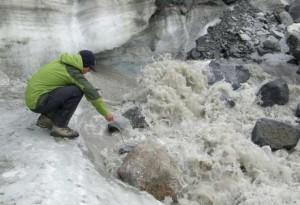 Medición de la conductividad eléctrica del flujo de agua escurrida de un glaciar. (Foto: Matt Charette, WHOI)