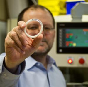 Un ingeniero biomédico de la Universidad de Northwestern, en Chicago, ha desarrollado un anillo vaginal anticonceptivo que también tiene el objetivo de proteger contra el virus del sida y el herpes. Según el investigador, el dispositivo es fácil de usar y suministra dosis controladas de tenofovir, un antirretroviral común y levonorgestrel (anticonceptivo) durante 90 días. Los anillos se están produciendo ahora y se ensayarán pronto en mujeres.