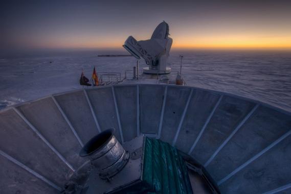 Los astrofísicos llevaban décadas esperando este momento y los datos han llegado desde el radiotelescopio BICEP2 en el Polo Sur. Un equipo del Centro de Astrofísica Harvard-Smithsonian, en EE UU, anuncia hoy tres grandes descubrimientos relacionados: la primera prueba directa de que existen las ondas gravitacionales predichas por Einstein, la ansiada evidencia de la inflación cósmica y la apertura de una vía para unificar las fuerzas fundamentales de la naturaleza mediante la gravedad cuántica.