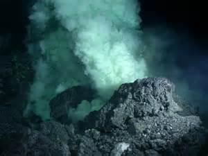 Se cree que la vida surgió en el mar, en torno a fumarolas hidrotermales. La química oceánica de hace unos 4.000 millones de años pudo permitir que se produjesen reacciones químicas metabólicas, antes incluso de la aparición del primer ser viviente.