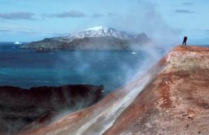 Esta imagen muestra a un hombre de pie ante una columna de vapor volcánico in la Antártida. (Foto: Peter Convey, British Antartic Survey)