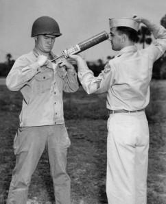 Soldados estadounidenses demostrando equipamiento para rociar DDT. El DDT fue muy usado después de la Segunda Guerra Mundial para combatir plagas de insectos en campos agrícolas y para matar mosquitos en viviendas y otros espacios de uso humano. En 1972, fue prohibido en Estados Unidos. (Foto: CDC)