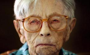 Los glóbulos blancos de Hendrikje van Andel-Schipper, una supercentenaria fallecida en 2005, albergaron más de cuatro centenares de alteraciones genéticas sin provocarle ninguna enfermedad. Científicos holandeses y estadounidenses buscan las claves de la longevidad en las muestras de Hennie, como solían llamar a esta mujer de récord que donó su cuerpo a la ciencia.
